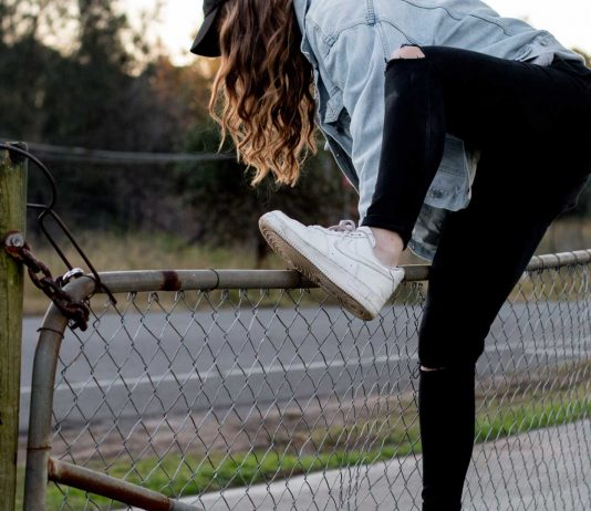 Women-Climbing-Shoes-on-CoreinFluencer